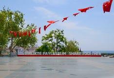 Turquía, Antalya, mayo 10,2018 Lema 2024 del euro de Turquía Birlikte Paylasalim, traducción del turco como parte junto fotos de archivo