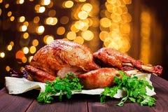 Turquía asada La tabla de la acción de gracias sirvió con el pavo, adornado con verdes y albahaca en fondo de madera oscuro Comid Fotografía de archivo