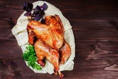 Turquía asada La tabla de la acción de gracias sirvió con el pavo, adornado con verdes y albahaca en fondo de madera oscuro Hecho Fotografía de archivo libre de regalías