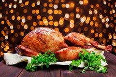 Turquía asada La tabla de la acción de gracias sirvió con el pavo, adornado con verdes y albahaca en fondo de madera oscuro Hecho Foto de archivo libre de regalías