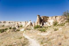 Turquía, Cappadocia Parte de la ciudad de la cueva en las rocas y los pilares de la erosión alrededor de Cavusin Fotografía de archivo