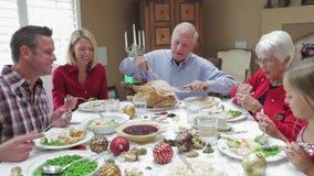 Turquía de talla de abuelo en la comida de la acción de gracias de la familia almacen de video
