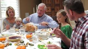 Turquía de talla de abuelo en la comida de la acción de gracias de la familia almacen de metraje de vídeo