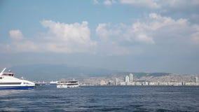 TURQUÍA - ESMIRNA - 20 de junio de 2015: El transbordador está llevando a pasajeros de Karsiyaka al centro de ciudad de Esmirna almacen de video