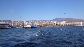 TURQUÍA - ESMIRNA - 1 DE MARZO DE 2015: Los sellos del transbordador de Karsiyaka balsean la estación para llevar a pasajeros al  almacen de metraje de vídeo