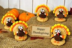 Turquía formó las galletas con la tarjeta feliz de la acción de gracias en la arpillera Imagenes de archivo
