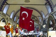 TURQUÍA, ESTAMBUL - NOVIEMBRE DE 2016: Muchedumbre y tiendas de la gente en Imagenes de archivo
