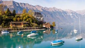 Turquesa antedicha Iseltwald Suiza 4k aéreo de Brienz del lago almacen de video