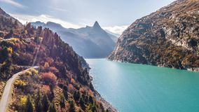 Turquesa Autumn Mountains Zervreilasee Switzerland Aer de Autumn Zervreilasee Switzerland Aerial 4kLake das montanhas do carro de filme