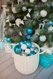 Turquesa, azul e bolas do White Christmas em uma cesta branca foto de stock royalty free