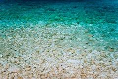 A turquesa claro molha, baía calma com superfície transparente calma da água Conceito idílico das férias de verão imagens de stock
