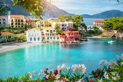 A turquesa coloriu a baía no mar Mediterrâneo com as casas coloridas bonitas na vila de Assos em Kefalonia, Grécia Imagens de Stock Royalty Free