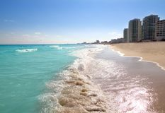 Turquesa de la orilla de la playa del mar del Caribe de Cancun Imagen de archivo