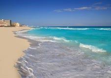 Turquesa de la orilla de la playa del mar del Caribe de Cancun Fotografía de archivo