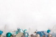 Turquesa e fundo nevado de madeira azul do White Christmas com Fotografia de Stock Royalty Free