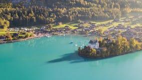Turquesa Iseltwald Suiza 4k aéreo de la opinión de Brienz del lago almacen de metraje de vídeo