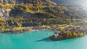 Turquesa Iseltwald Suiza 4k aéreo del paisaje de Brienz del lago almacen de video