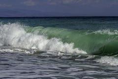 Turquesa majestosa e inchamento verde-claro que deixam de funcionar em uma praia em um dia de verão do céu azul em Sicília fotos de stock