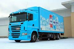 Turquesa Scania R500 que entrega mercancías a una tienda Fotografía de archivo libre de regalías