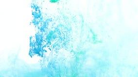 Turquesa y tinta azul en agua metrajes