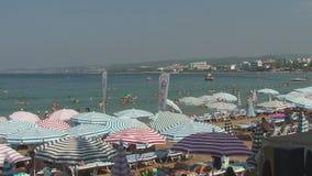 Turquia, Antalya, o 20 de agosto de 2015: a praia, guarda-sóis, povos nada e toma sol na praia vídeos de arquivo