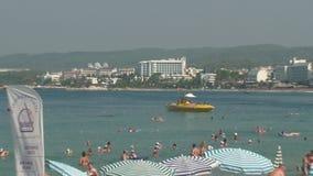 Turquia, Antalya, o 20 de agosto de 2015: a praia, guarda-sóis, povos nada e toma sol na praia filme
