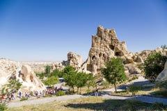Turquia, Cappadocia Museu complexo do ar livre do monastério da caverna de Goreme Balance com as cavernas no primeiro plano - con Imagens de Stock Royalty Free