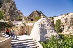 Turquia, Cappadocia Turistas que visitam o complexo do monastério da caverna no museu do ar livre de Goreme Imagem de Stock