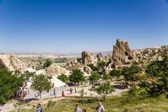 Turquia, Cappadocia Turistas que visitam o museu ao ar livre de Goreme Imagem de Stock Royalty Free