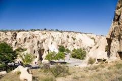 Turquia, Cappadocia Turistas que visitam o museu complexo do ar livre do monastério da caverna do parque nacional de Goreme Fotos de Stock Royalty Free