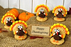 Turquia deu forma a cookies com o cartão feliz da ação de graças na serapilheira Imagens de Stock