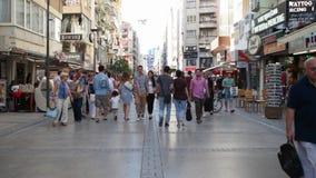 TURQUIA - IZMIR - ALSANCAK; JULHO DE 2015: A rua de Kibris Sehitleri é o destino o mais popular do turismo no centro da cidade de video estoque