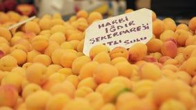 TURQUIA - IZMIR - EM JULHO DE 2015: Abricós frescos no mercado no bazar o mais grande e o mais aglomerado na cidade filme