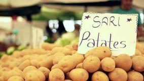 TURQUIA - IZMIR - EM JULHO DE 2015: O bazar o mais grande e o mais aglomerado na cidade com fundo das batatas Localizado em Bosta filme