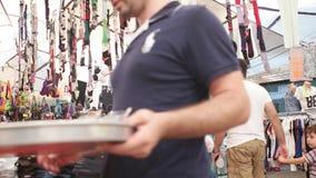 TURQUIA - IZMIR - EM JULHO DE 2015: O bazar o mais grande e o mais aglomerado na cidade Localizado em Bostanli, Karsiyaka vídeos de arquivo