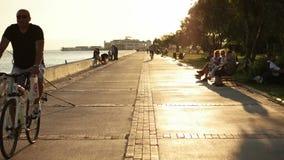 TURQUIA - IZMIR - KARSIYAKA, EM JULHO DE 2015: Lado da costa no tempo do por do sol vídeos de arquivo