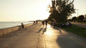 TURQUIA - IZMIR - KARSIYAKA, EM JULHO DE 2015: Tempo do por do sol no lado da costa em Karsiyaka video estoque