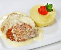 Turquia no molho de creme, servido com batatas trituradas fotografia de stock