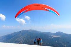 Turquia, Oludeniz, montanha de Babadag, o 30 de julho de 2018, voos do parapente imagens de stock