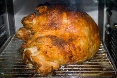 Turquia que roasting em um forno da convecção. Imagem de Stock