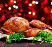 Turquia Roasted A tabela da ação de graças serviu com o peru, decorado com verdes e manjericão no fundo de madeira escuro Aliment Foto de Stock Royalty Free