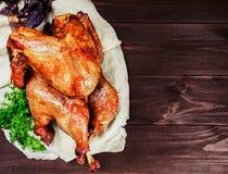 Turquia Roasted A tabela da ação de graças serviu com o peru, decorado com verdes e manjericão no fundo de madeira escuro Aliment imagens de stock royalty free