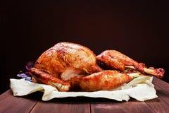 Turquia Roasted A tabela da ação de graças serviu com o peru, decorado com verdes e manjericão no fundo de madeira escuro Caseiro Imagens de Stock
