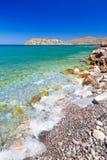 Turquise bevattnar av den Mirabello fjärden med den Spinalonga ön Royaltyfria Foton