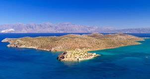 Turquise bevattnar av den Mirabello fjärden med den Spinalonga ön Fotografering för Bildbyråer