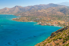 Turquise bevattnar av den Mirabello fjärden på Crete Royaltyfria Foton