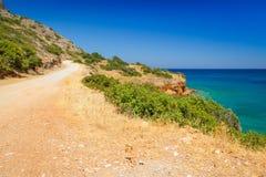 Turquise bevattnar av den Mirabello fjärden på Crete Royaltyfri Foto