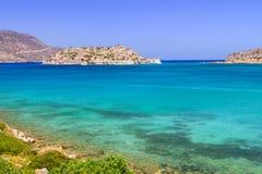 Turquise vatten av den Mirabello fjärden på Kreta Royaltyfri Foto