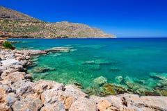 Turquise vatten av den Mirabello fjärden på Kreta Royaltyfria Foton