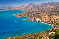 Turquise vatten av den Mirabello fjärden på Crete Royaltyfria Foton